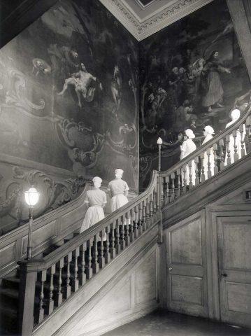 SBHX8/1063 Nurses admiring the Hogarth paintings on the Grand Staircase, c1960 1960 Nursing Mirror